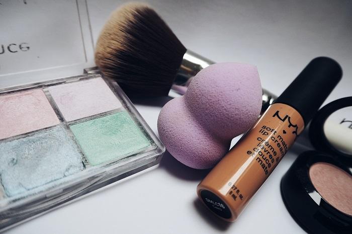 membersihkan alat makeup