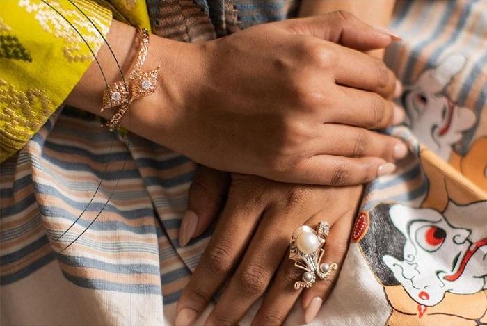 perhiasan lokal tradisional