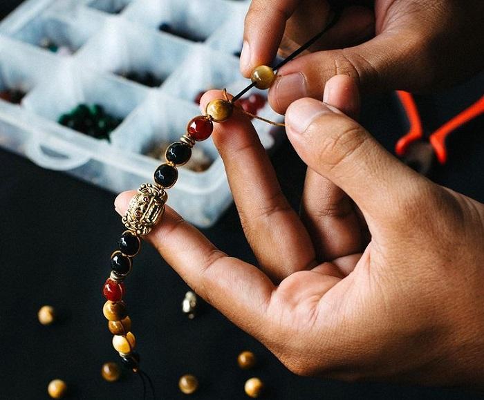 perhiasan batu alam
