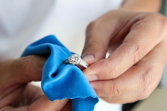 membersihkan perhiasan agar berkilau
